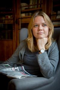 Mathilde med avis